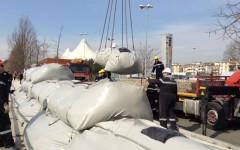 Alluvione, Firenze: bomboloni sull'Arno. Esercitazione con argini gonfiabili: inutili in caso di grande piena