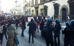 Firenze, Consiglio regionale: scontro fra forze dell'ordine e movimento per la casa. Ferito alla testa Lorenzo Bargellini (Video)