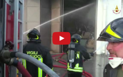 Prato, incendio al Macrolotto: due capannoni in fiamme (VIDEO)