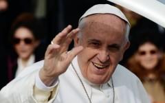 Papa Francesco impartisce la cresima a un ragazzo malato del Meyer di Firenze