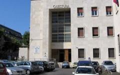 Livorno, sfasciano un ufficio della questura e feriscono tre agenti: arrestati due ventenni