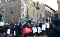 Firenze, sgomberi: sfrattati s'incatenano alla fontana del Biancone in piazza Signoria