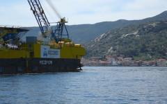 La nave Micoperi 30 davanti all'Isola del Giglio (foto Edmondo Zanini/Micoperi)