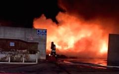 Pontedera, grosso incendio nella notte in una ditta di rottami ferrosi