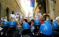 Siena, comizio di Salvini: scontri fra manifestanti di sinistra e polizia. Un ferito e un candidato denunciato