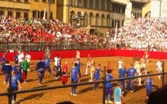Calcio storico, finale 2015 Bianchi-Verdi: come nel 1530. Azzurri sconfitti con onore (3 cacce e mezza a 2). È nata una stella: il «Vallero»