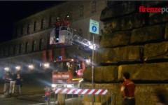Firenze, pietra pericolante a Palazzo Pitti rimossa nella notte dai Vigili del Fuoco (Video)