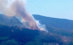 Incendio nei boschi del monte Serra. Fumo visibile fino a Pisa
