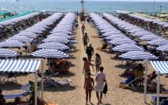 Forte dei Marmi, spiaggia dei vip: turista aggredito a martellate, panico fra i bagnanti