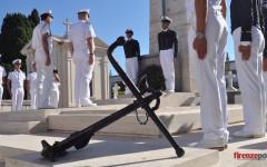 Ufficiali e allievi dell'Accademia Navale al sacrario dei marinai italiani nel cimitero di Mahon (Foto FirenzePost)