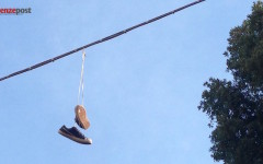 «Shoefiti» a Firenze: scarpe appese per strada. La strana moda tra arte e inciviltà