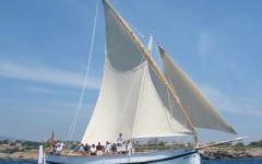 Un'imbarcazione a vela latina