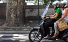 Codice della strada: anche a 16 anni si può portare un passeggero sul motorino 50cc