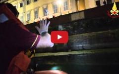 Firenze, turista australiano vola in Arno. Salvato dai Vigili del Fuoco (VIDEO)