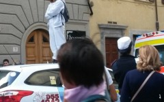Firenze, donna con problemi psichici sale sul tetto di un taxi e blocca il traffico
