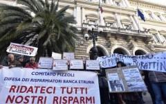Banca Etruria: 300 risparmiatori manifestano davanti alla Consob. Gridando: ladri, ladri