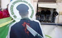 Legge di stabilità 2016, a Pontassieve la protesta della polizia. Allontanati da casa Renzi gli agenti in presidio