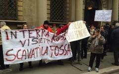 Banca Etruria: tensione ad Arezzo. I risparmiatori beffati protestano e cercano di entrare nell'istituto
