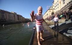 Tuffi di Capodanno: Giani in Arno a Firenze. In 263 nel mare di Viareggio