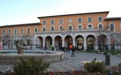 Stazione di Pisa, 28enne travolto da un treno merci: amputati una gamba e un piede