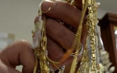 Pistoia, rappresentante di gioielli resiste ai banditi che lo rapinano: ferito