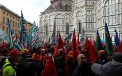 Firenze: operai forestali (con motoseghe) protestano sotto la sede della regione