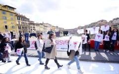 Firenze si sveste: operai della Guess manifestano sul Ponte a Santa Trinita