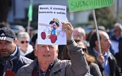 Pontassieve, banche salvate: protestano i risparmiatori truffati, la polizia li tiene lontani da casa del premier