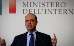 Migranti: Alfano come Renzi, non c'è invasione (20% in più). A metà aprile però una circolare del suo ministero parlava del 55% di aumento