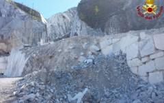 Carrara: i due cavatori dispersi precipitati nel vuoto per 30 metri. Stavano tagliando un costone (video)