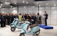 Pontedera: la Vespa celebra i suoi 70 anni con Renzi. Proteste di cobas e anarchici (video)