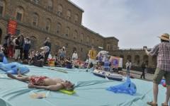 Firenze: creano una spiaggia a Palazzo Pitti per protesta contro le trivelle