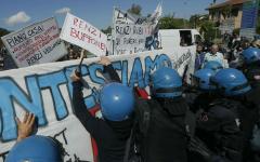 Scontri all'Internet day di Pisa: da Associazione stampa toscana e gruppo cronisti solidarietà al giornalista manganellato