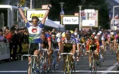 Vittoria Apuana:  Mario Cipollini passa in bicicletta col rosso, multato dai vigili urbani