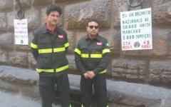 Vigili del fuoco in piazza: «Siamo i più amati dagli italiani e i più mortificati dalla politica». Protesta davanti alla Prefettura di Firen...