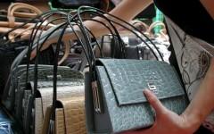 Sesto Fiorentino, abusivismo commerciale: 981 borse contraffatte sequestrate dai carabinieri
