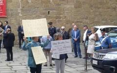 Banca Etruria, Poppi: risparmiatori truffati protestano per il premio Casentino al ministro Padoan