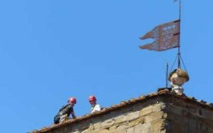 Arezzo: croce della chiesa, su corso principale, rischia di cadere sui passanti