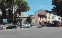 Firenze, palazzo occupato in via Toselli: nove giovani arrestati per resistenza aggravata. Ma 3 manifestanti restano sul tetto