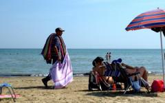 Commercio abusivo: Pietrasanta, Forte dei Marmi e Viareggio si alleano contro i venditori in spiaggia. Manifesto per i turisti
