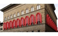 I gommoni di Ai Wei Wei sulla facciata di Palazzo Strozzi