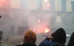Firenze Leopolda: manifestazione No Renzi, scontri, carica delle forze dell'ordine, lanciati petardi (foto, video)