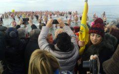 Viareggio (Lu): tuffo di capodanno in mare per 322 temerari, è record italiano
