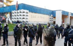 Parigi: Hollande visita in ospedale Théo, il ragazzo sodomizzato dalla polizia