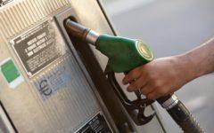 benzina. scendono i prezzi alla pompa, meno un centesimo al litro