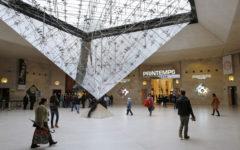 Parigi: uomo armato di coltello bloccato e ferito gravemente davanti al Louvre. Un militare ha reagito all'aggressione e gli ha sparato