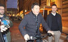 Firenze: Matteo Renzi in bici fa un blitz a sorpresa in Palazzo Vecchio