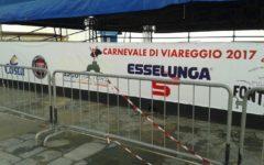 Viareggio (Lu): rimossa la pubblicità di Trenitalia dallo striscione per il Carnevale