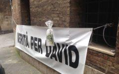 Siena, morte di David Rossi: striscione «Verità per David» e fiori nel luogo dove morì nel 2013