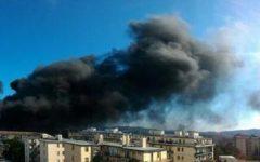 Scandicci: incendio nel cantiere della Cri. Strade chiuse e paura per il fumo nero